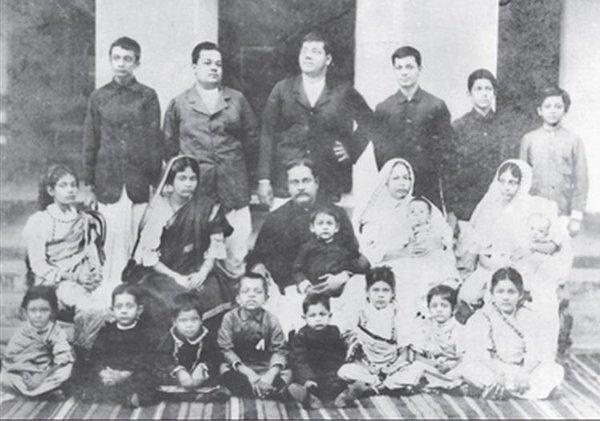 Subhas Bose standing extreme right with his large family of 14 siblings in Cuttack, 1905.