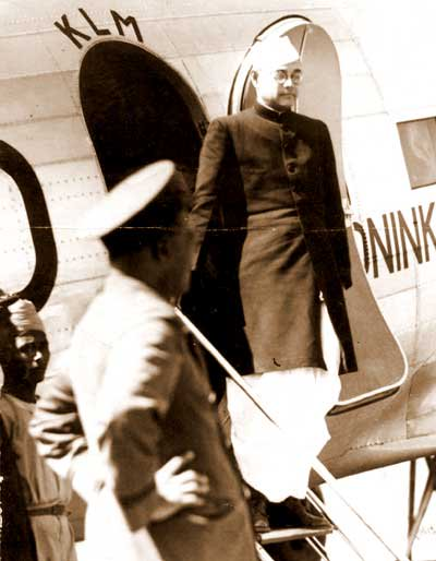 Neta Ji Subhas Chandra Bose, the president-elect of the INC, arrives in Calcutta on 24/01/1938.